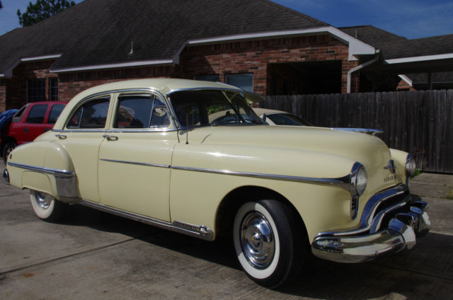 1949 Oldsmobile Eighty-Eight (Nankeen Cream/Gray and Light Brown)