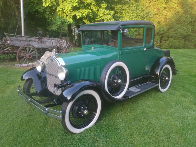1928 Ford Model A (Green/Tan)
