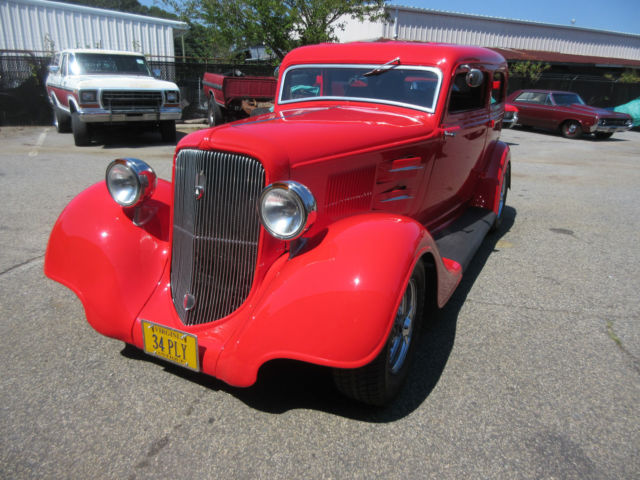 1934 Plymouth Sedan (Red/Tan)