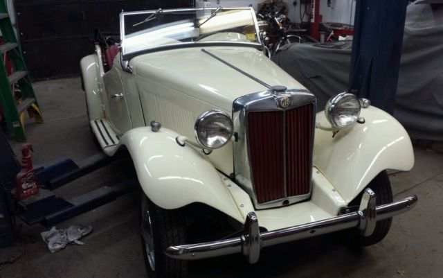 1952 MG T-Series (ivory cream/Red Leather)