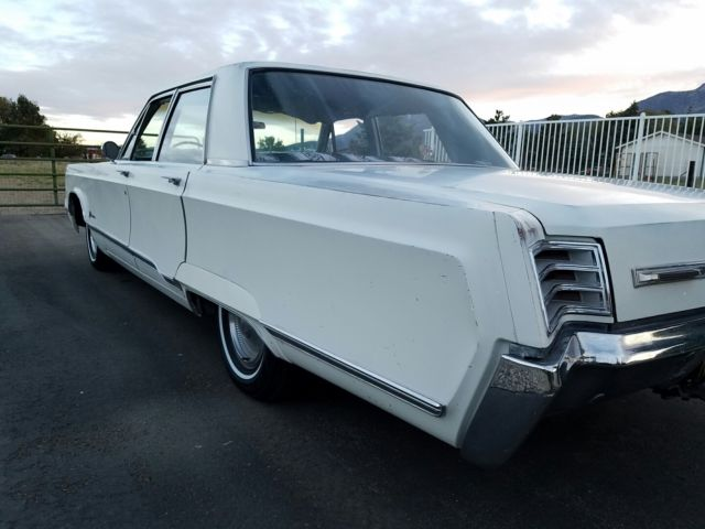 1967 Chrysler Newport (White/Blue)