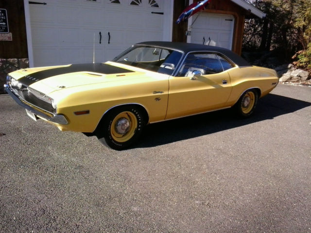 Seller of Classic Cars - 1970 Dodge Challenger (White/Red)