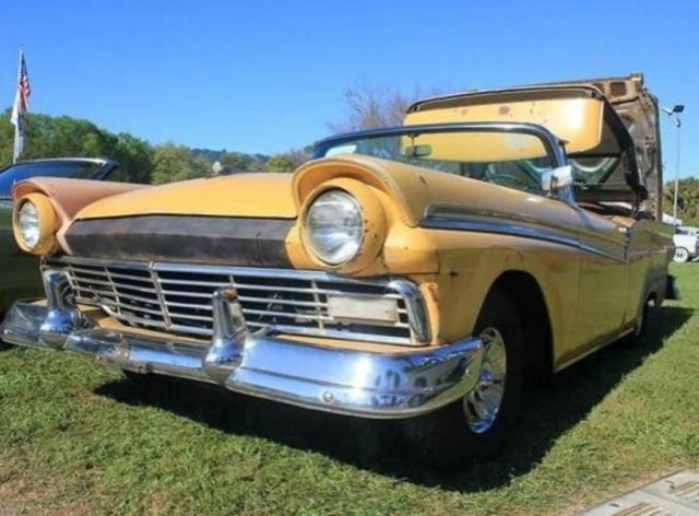 1957 Ford Fairlane (Yellow/Brown)