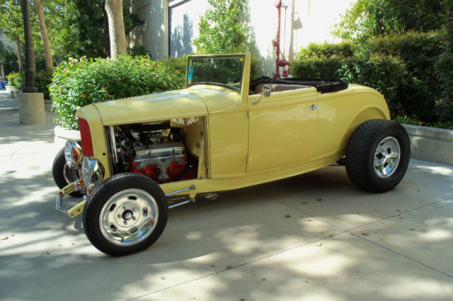 1932 Ford Cabriolet / Roadster (Yellow/Tan)