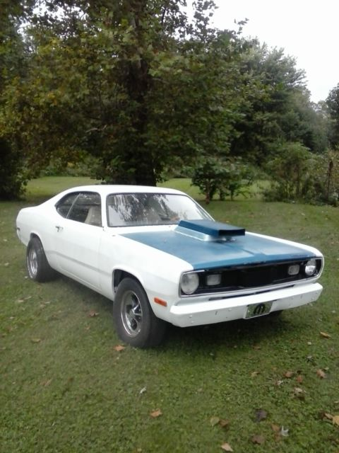 1972 Plymouth Duster (White/BLACK W/ WHITE SEAT)