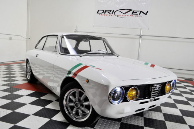 1971 Alfa Romeo GTV (Diamond White Pearl/Black)