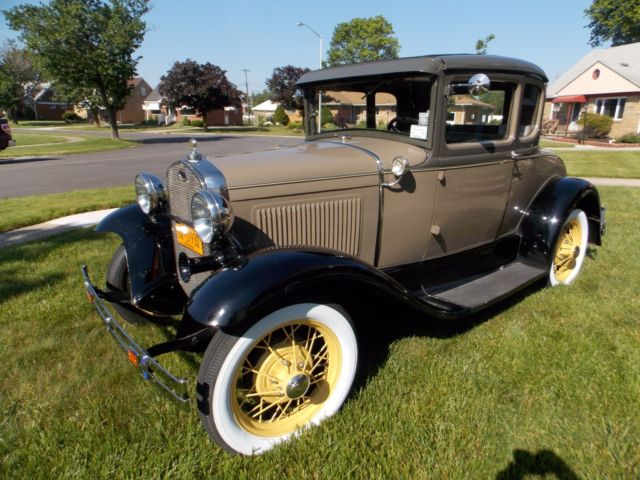 1930 Ford Model A (Copra Drab, Chicle Drab, Straw/Beige Mohair)