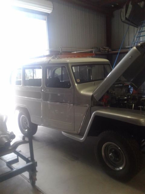 1959 Willys Wagoneer (Silver/Gray)