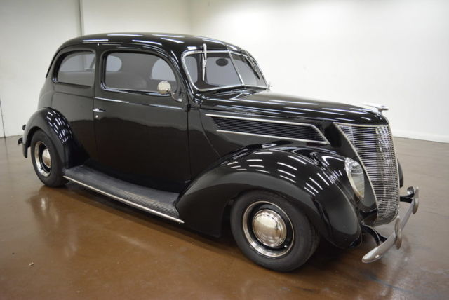 1937 Ford Tudor (Black/--)