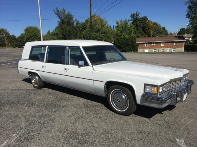 1977 Cadillac Fleetwood (White/Burgundy)