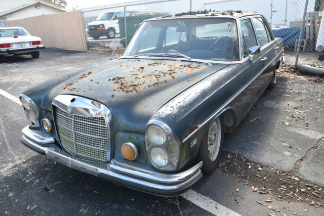 1970 Mercedes-Benz 300-Series (Blue/Red)
