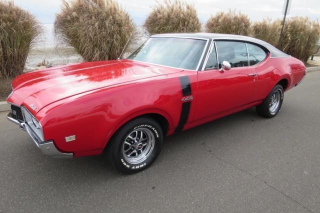 1968 Oldsmobile Cutlass (Red/Black)