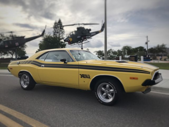 1973 Dodge Challenger (Lemon Twist/Sail Cloth White)