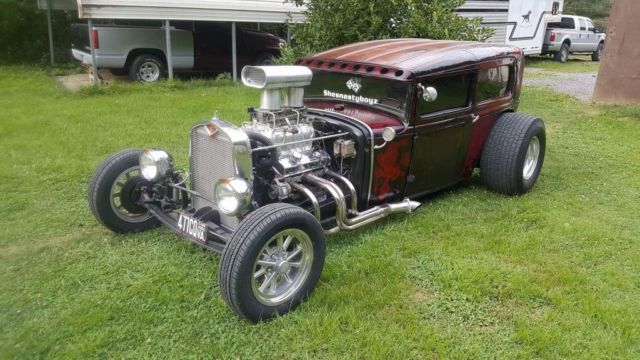 1930 Ford Model A (Burgundy/Black)