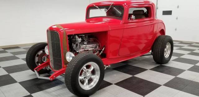 1932 Ford Tudor (Red/Beige)