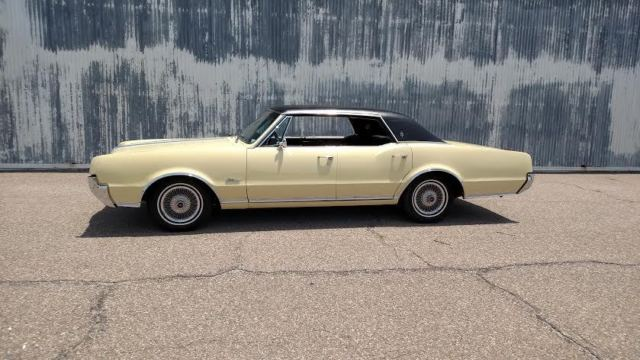 1967 Oldsmobile Cutlass (Yellow/Black)