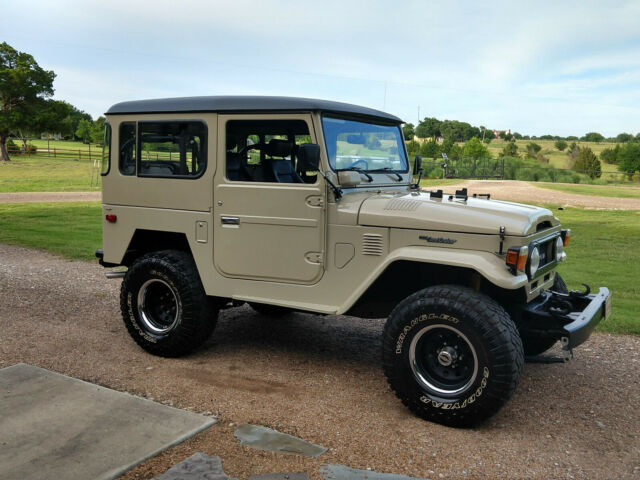 1974 Toyota Land Cruiser (Tan/Black)