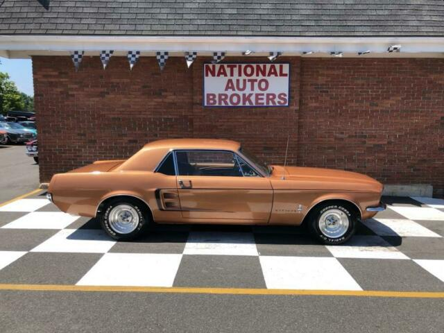 1967 Ford Mustang (Gold/Tan)