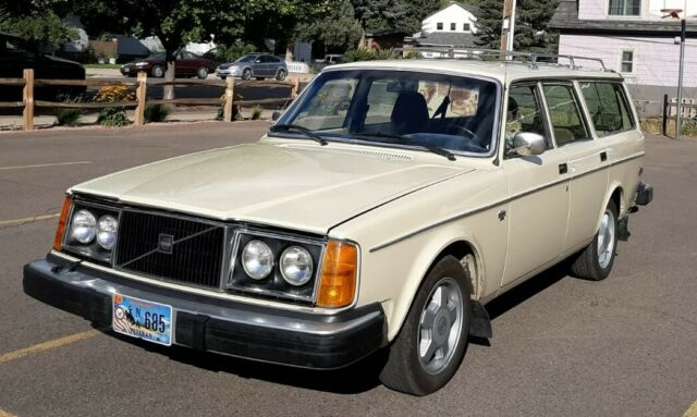 1978 Volvo 240 (Beige/Brown)