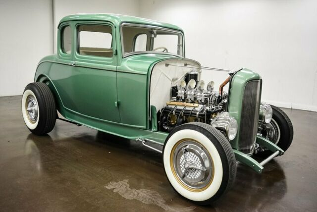 1932 Ford 5-window Coupe (Green/Gold)