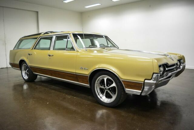1967 Oldsmobile Vista Cruiser (Beige/Cream)