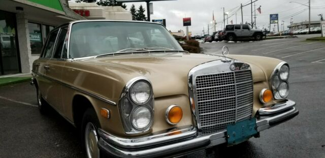 1971 Mercedes-Benz 300-Series (GOLD/Black)
