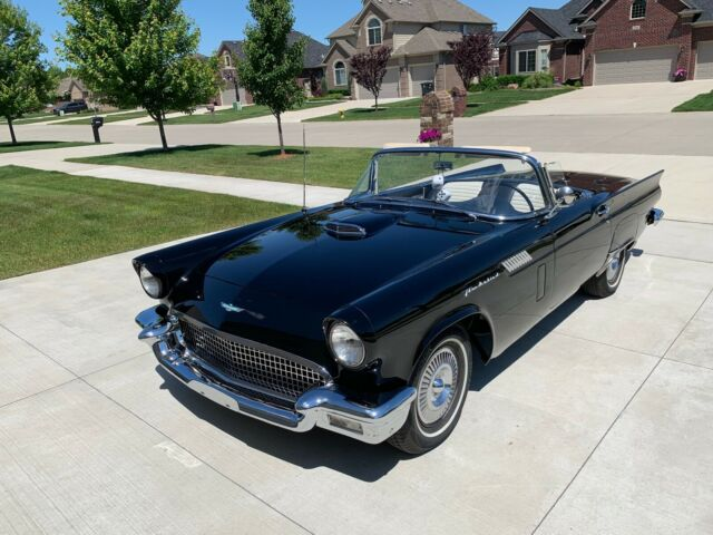 1957 Ford Thunderbird (Black/Black/White)