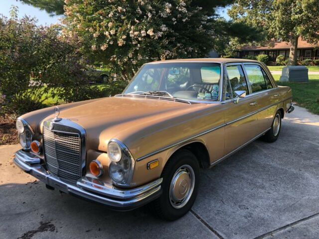 1970 Mercedes-Benz 300-Series (Gold/Brown)