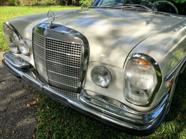 1970 Mercedes-Benz 300-Series (DB050 White/Black leather)