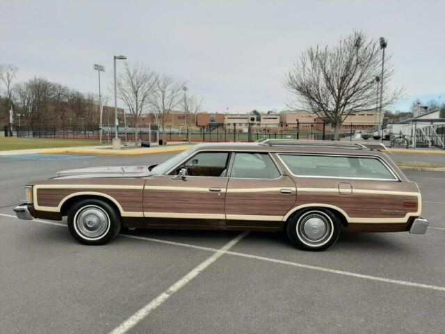 1973 Ford Country Squire (Brown/Brown)