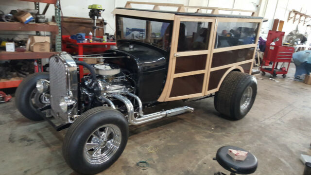 1928 Ford Model A (Black cowling with wood box./Brown)