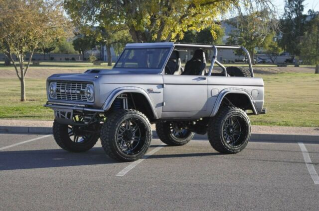 1977 Ford Bronco (Gray/Black)